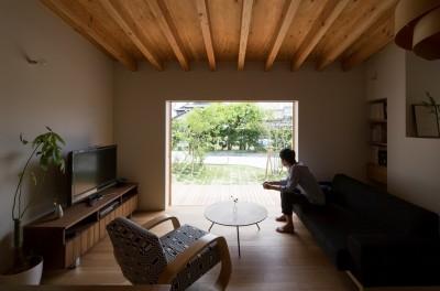 横地の家/趣味を楽しむ平屋の住み家 (キッチンより庭を望む)