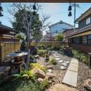 姫路・天満の家 主屋の写真 アプローチから中庭を見る