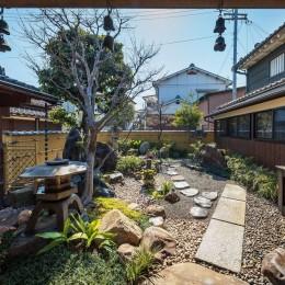 姫路・天満の家 主屋 (アプローチから中庭を見る)