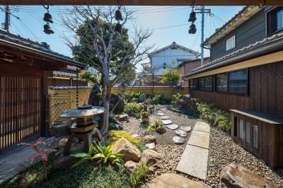アプローチから中庭を見る (姫路・天満の家 主屋)