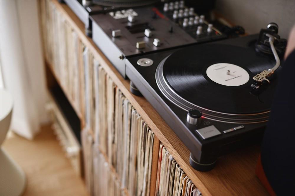 H様邸_好きなレコードを楽しみ、家族が集まるLDK (レコード棚)