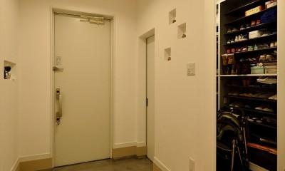 アトリエのある白の家 (玄関)