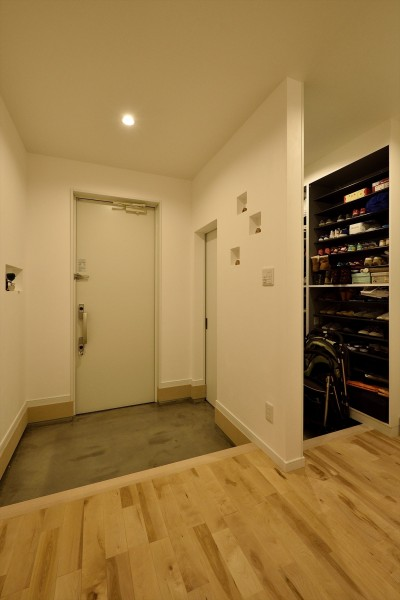 玄関 (アトリエのある白の家)