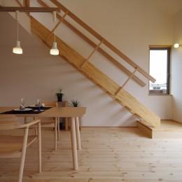 economa〜吹き抜けで繋がるおおらかな住まい〜 (リビング/ダイニングとリビング階段。)