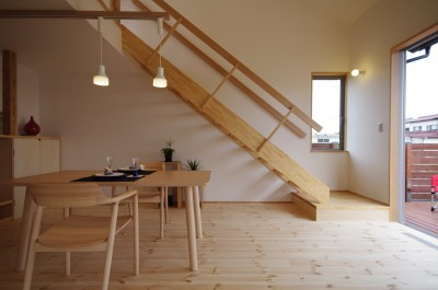 リビング/ダイニングとリビング階段。 (economa〜吹き抜けで繋がるおおらかな住まい〜)