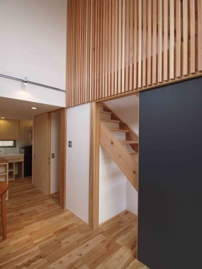 階段下はペットゲージスペース (遠州おおやねの家〜とおり土間の家〜)