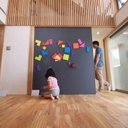 遠州おおやねの家〜とおり土間の家〜 (黒板+マグネット塗装の大引き戸は子供に大人気)