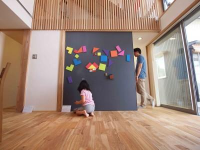 黒板+マグネット塗装の大引き戸は子供に大人気 (遠州おおやねの家〜とおり土間の家〜)