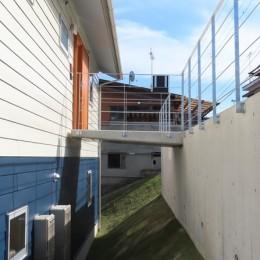 傾斜地に建つブリッジの家
