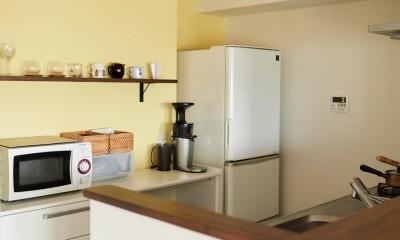 """心地いい小上がりやキッチンに、使いやすい洗面所。すべてが""""ちょうどいい""""間取り。 (事例を見て気に入った黄色のアクセントカラークロス)"""
