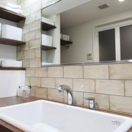 """心地いい小上がりやキッチンに、使いやすい洗面所。すべてが""""ちょうどいい""""間取り。 (病院用シンクならつけ置き洗いがしやすい)"""