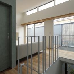 明大前の家 (2階リビング開口と階段より見下ろす中庭)