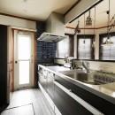 ふたりと2匹の心地よい家の写真 モノトーンでまとめたキッチンにブルーのアクセントタイル