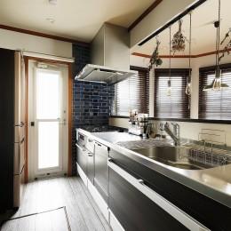 モノトーンでまとめたキッチンにブルーのアクセントタイル (ふたりと2匹の心地よい家)