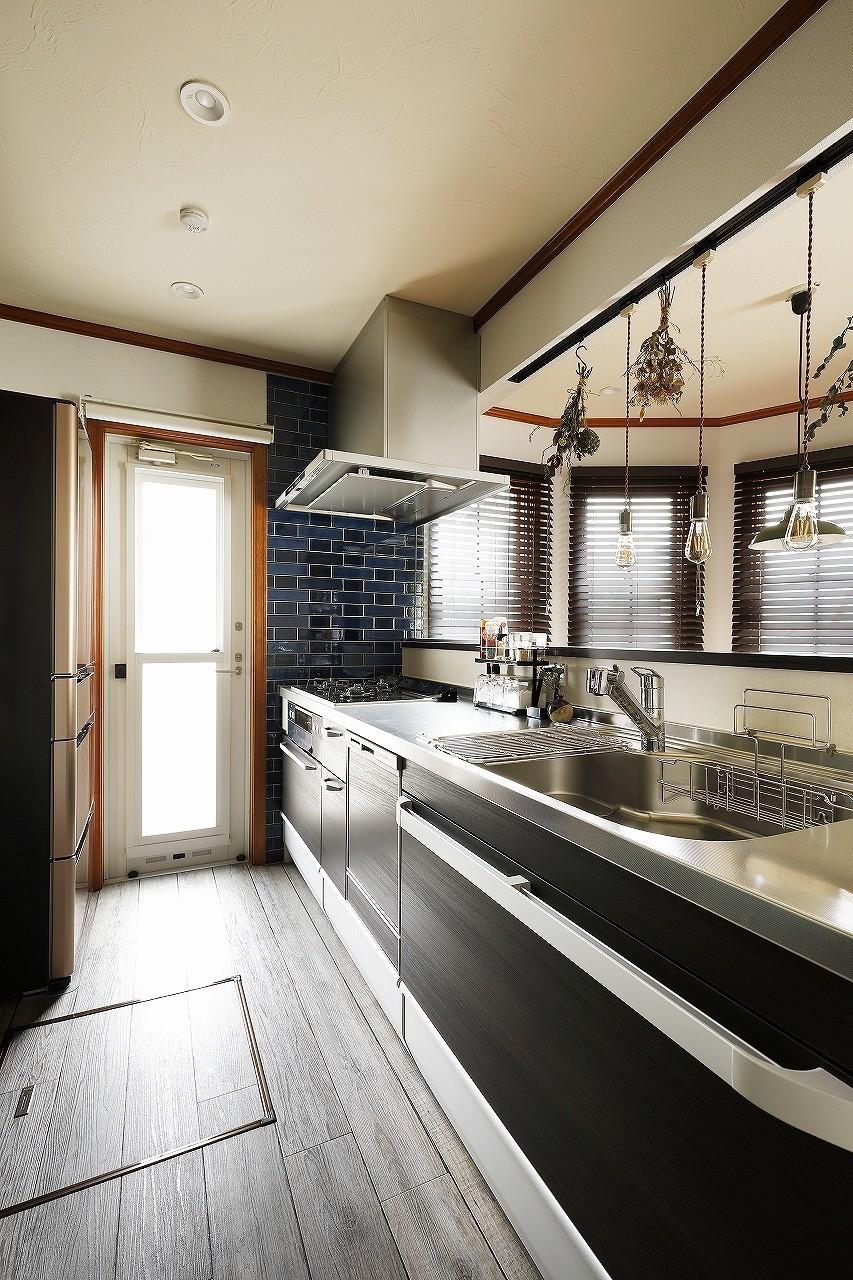 ふたりと2匹の心地よい家 (モノトーンでまとめたキッチンにブルーのアクセントタイル)