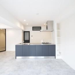 グレーホワイトな空間に、ネイビーの対面キッチンが空間の主役
