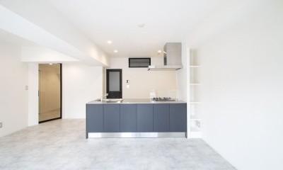 グレーホワイトな空間に、ネイビーの対面キッチンが空間の主役 (LDK)
