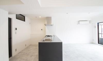 キッチン|グレーホワイトな空間に、ネイビーの対面キッチンが空間の主役