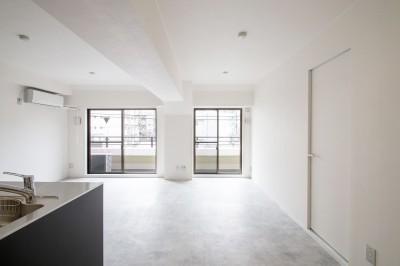 LDK (グレーホワイトな空間に、ネイビーの対面キッチンが空間の主役)
