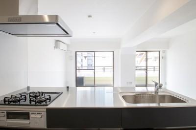 キッチン (グレーホワイトな空間に、ネイビーの対面キッチンが空間の主役)