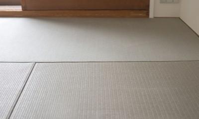 グレーホワイトな空間に、ネイビーの対面キッチンが空間の主役 (和室)