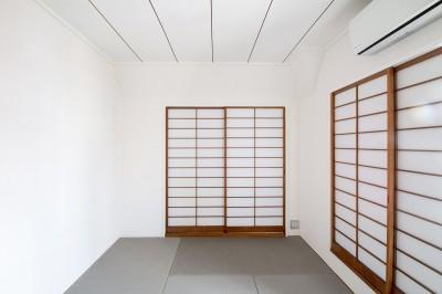 和室 (グレーホワイトな空間に、ネイビーの対面キッチンが空間の主役)