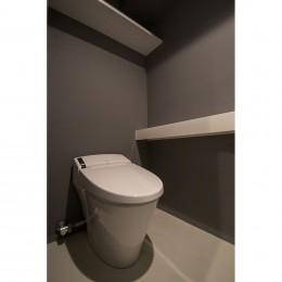 グレーホワイトな空間に、ネイビーの対面キッチンが空間の主役 (トイレ)