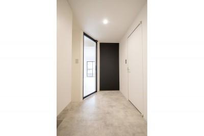 玄関 (グレーホワイトな空間に、ネイビーの対面キッチンが空間の主役)
