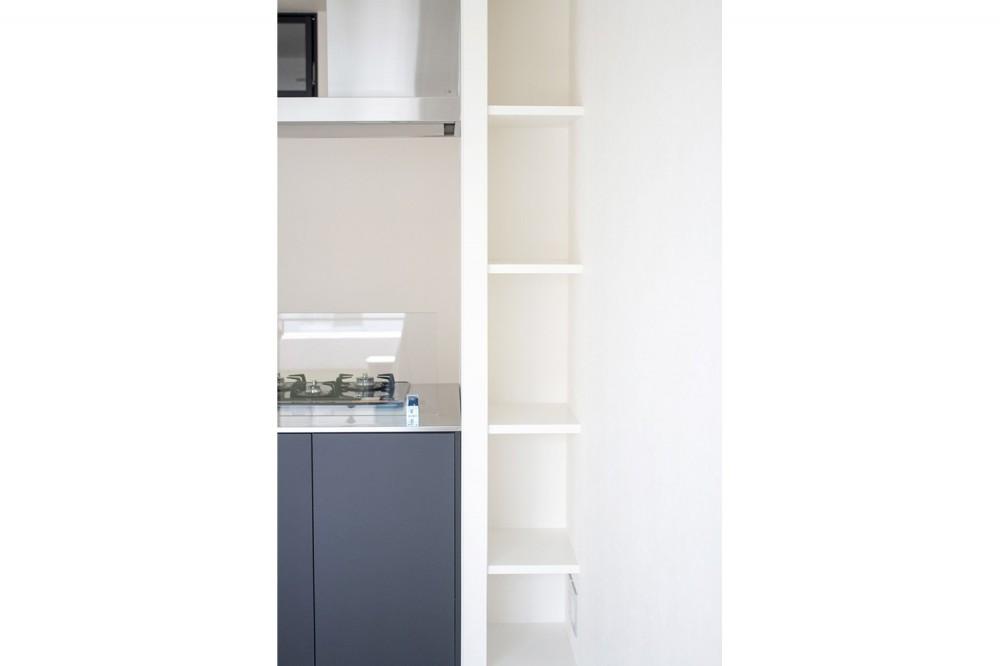 グレーホワイトな空間に、ネイビーの対面キッチンが空間の主役 (収納)
