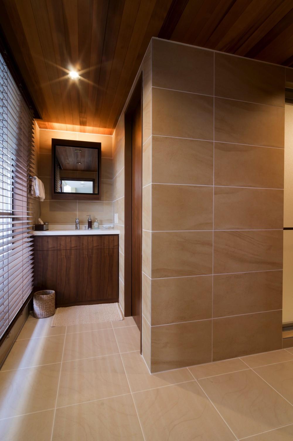 4階建てビルを快適な住宅にコンバージョン〜公園横の家〜 (洗面所)