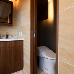 4階建てビルを快適な住宅にコンバージョン〜公園横の家〜 (洗面&トイレ)