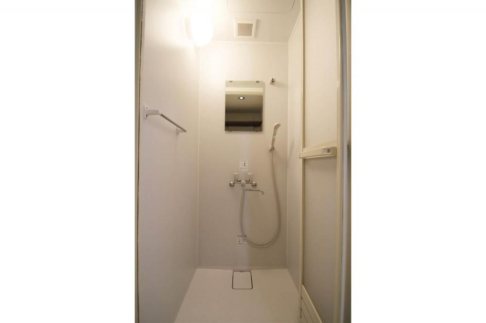 コストバランスを考えた無機質な賃貸リノベ (シャワーボックス)