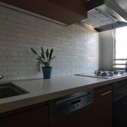 漆喰と輸入クロスを使ったマンションリノベーション (キッチン)