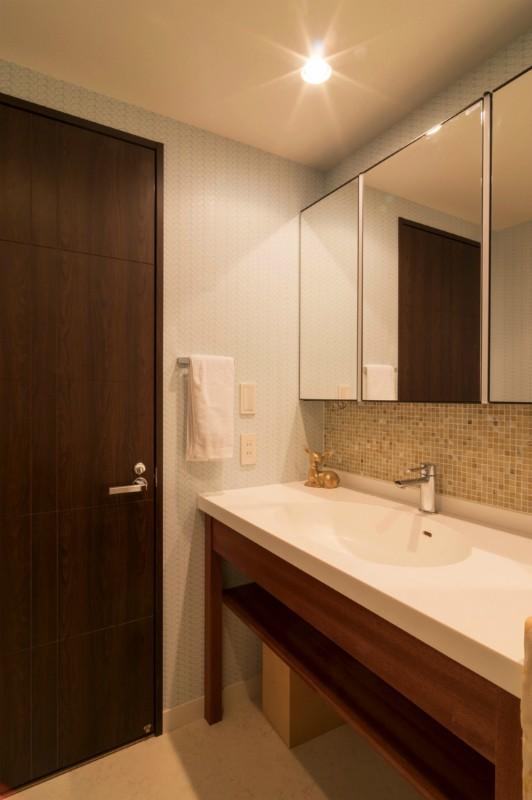 漆喰と輸入クロスを使ったマンションリノベーション (洗面室)