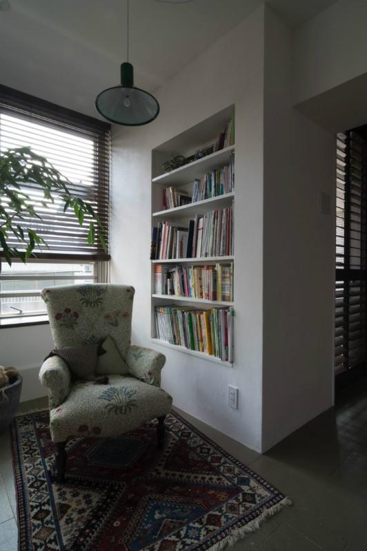 漆喰と輸入クロスを使ったマンションリノベーション (リビング(ライブラリースペース))