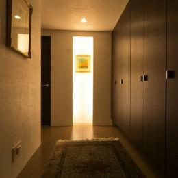 漆喰と輸入クロスを使ったマンションリノベーション (玄関ホール)