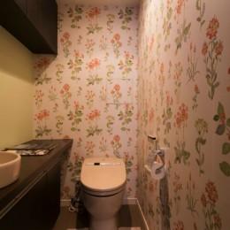 漆喰と輸入クロスを使ったマンションリノベーション (トイレ)