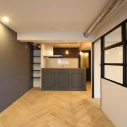 ヘリンボーンの床に、キッチンは塗装仕上げの木製モールディング (LDK)