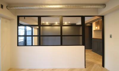 居室 ヘリンボーンの床に、キッチンは塗装仕上げの木製モールディング