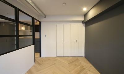 居室|ヘリンボーンの床に、キッチンは塗装仕上げの木製モールディング