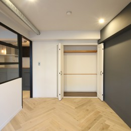 ヘリンボーンの床に、キッチンは塗装仕上げの木製モールディング (居室)