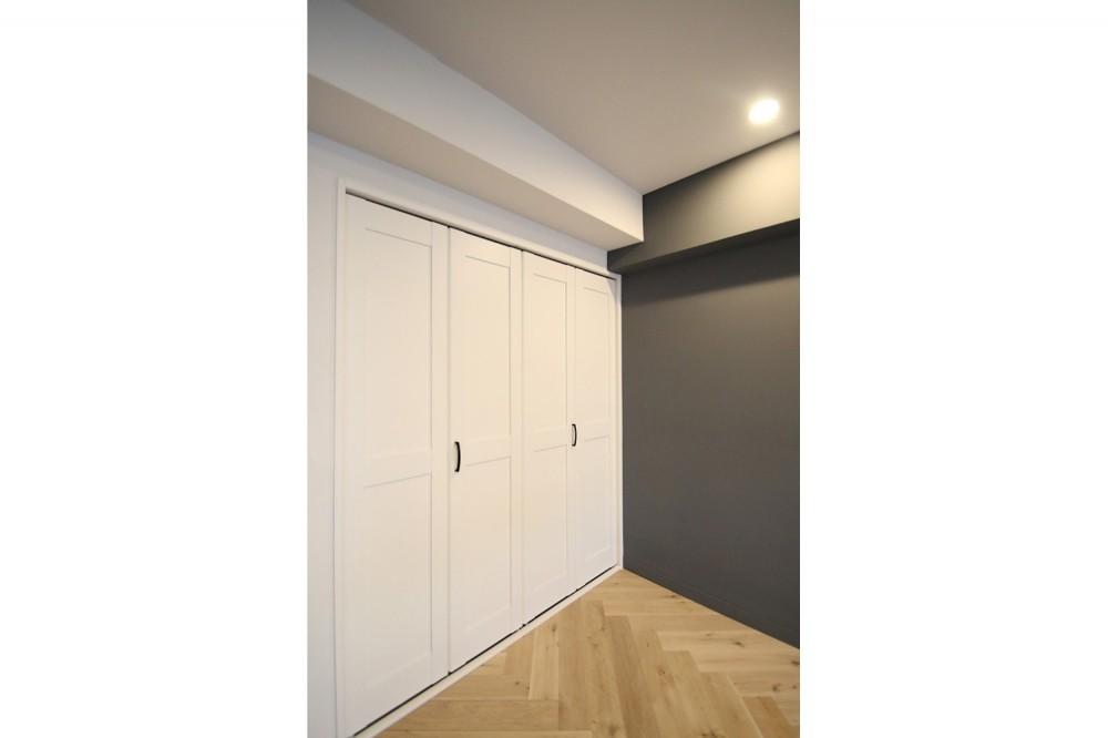 ヘリンボーンの床に、キッチンは塗装仕上げの木製モールディング (収納)