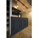ヘリンボーンの床に、キッチンは塗装仕上げの木製モールディングの写真 キッチン