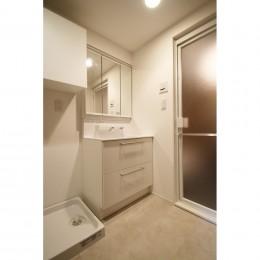 ヘリンボーンの床に、キッチンは塗装仕上げの木製モールディング (サニタリー)