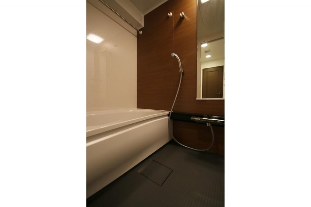 ヘリンボーンの床に、キッチンは塗装仕上げの木製モールディング (浴室)