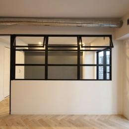 ヘリンボーンの床に、キッチンは塗装仕上げの木製モールディング (LD)