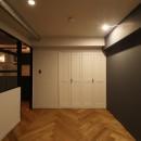 ヘリンボーンの床に、キッチンは塗装仕上げの木製モールディングの写真 居室