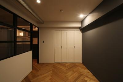居室 (ヘリンボーンの床に、キッチンは塗装仕上げの木製モールディング)