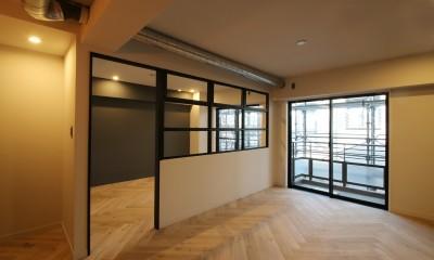 LD|ヘリンボーンの床に、キッチンは塗装仕上げの木製モールディング