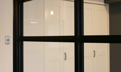 室内窓|ヘリンボーンの床に、キッチンは塗装仕上げの木製モールディング